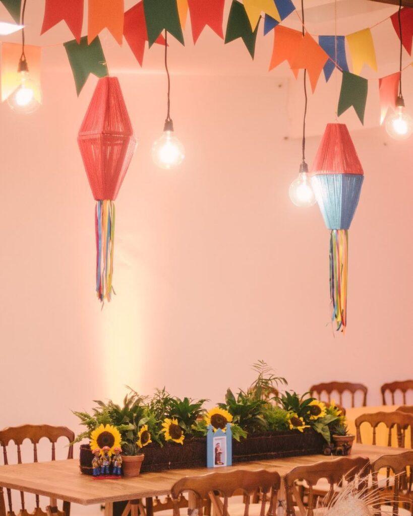 balão de festa junina pendurados
